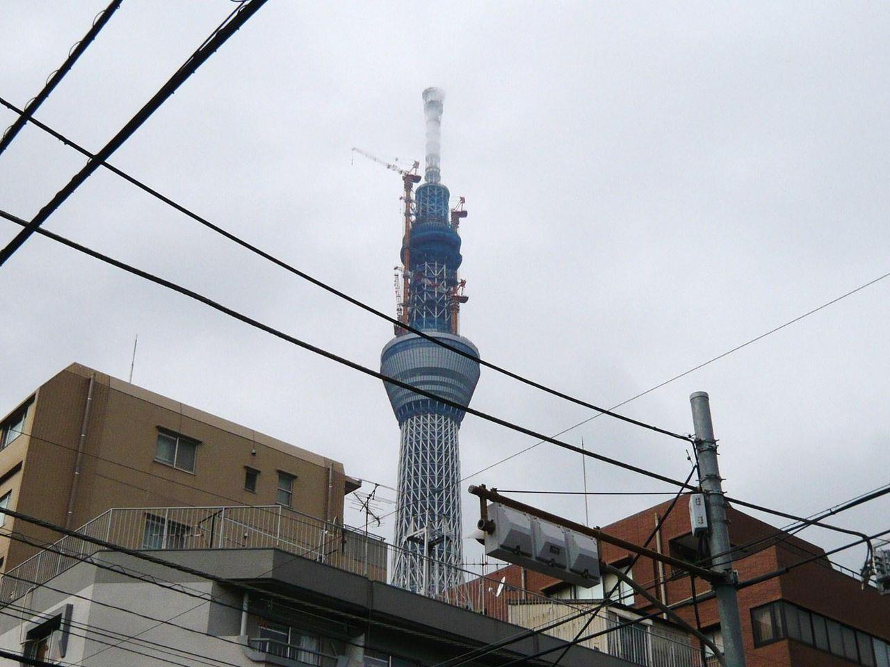 お店の前から、建設中の東京スカイツリーが見えます!