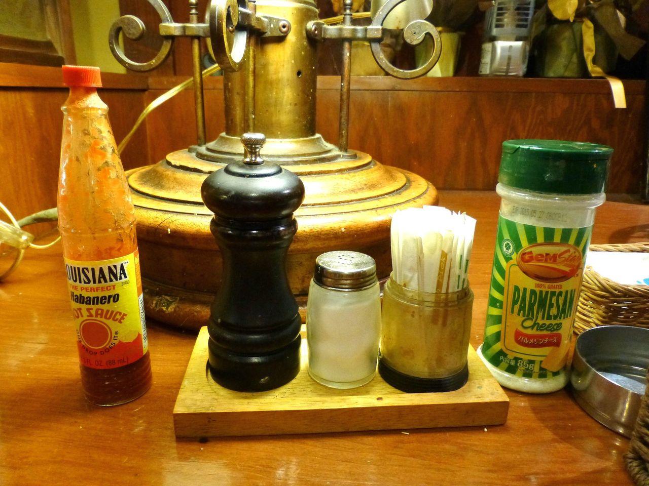 卓上には、粉チーズ、タバスコなどが並びます!