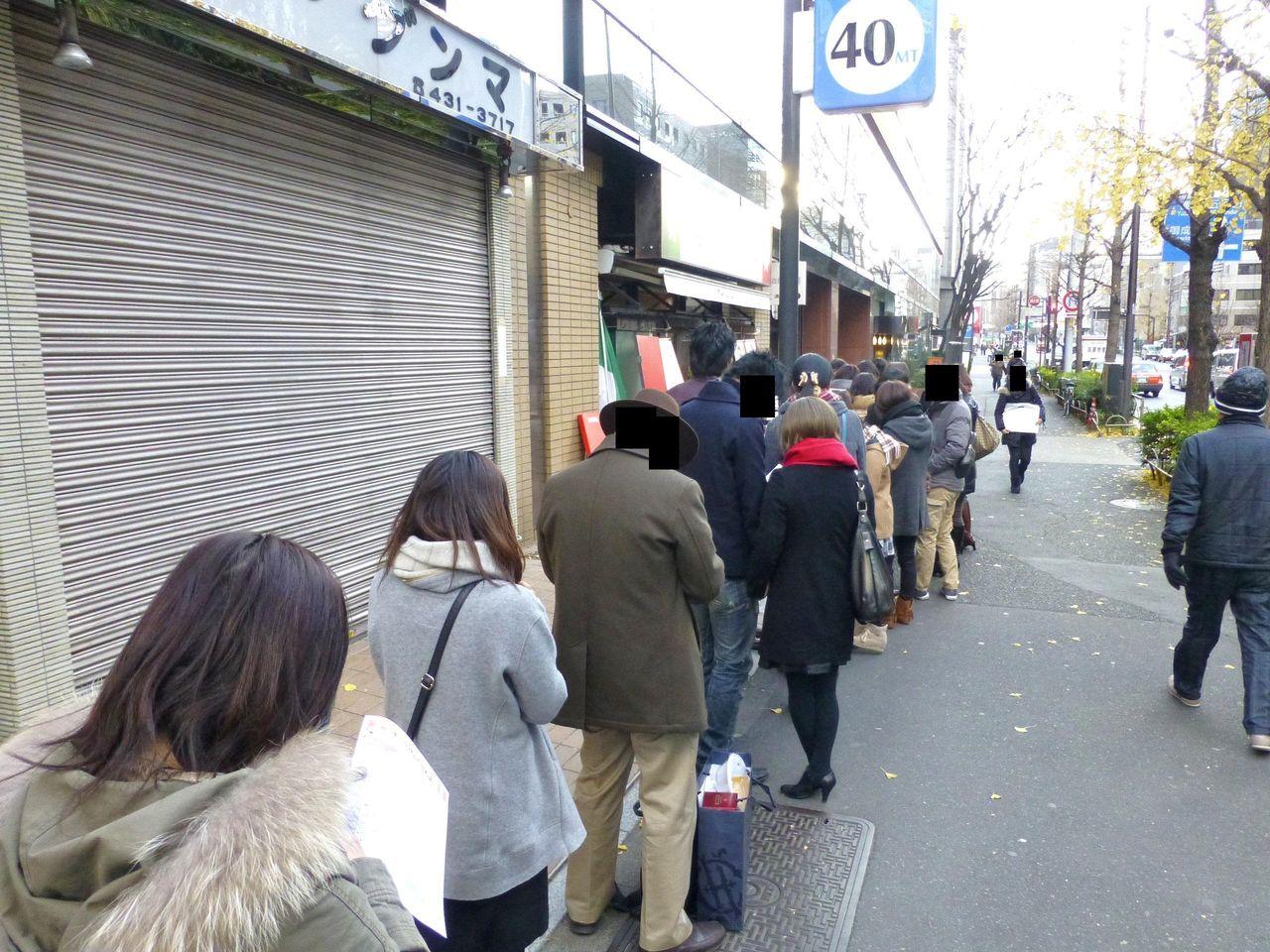 土曜日の開店20分前に到着すると、30人の行列が!