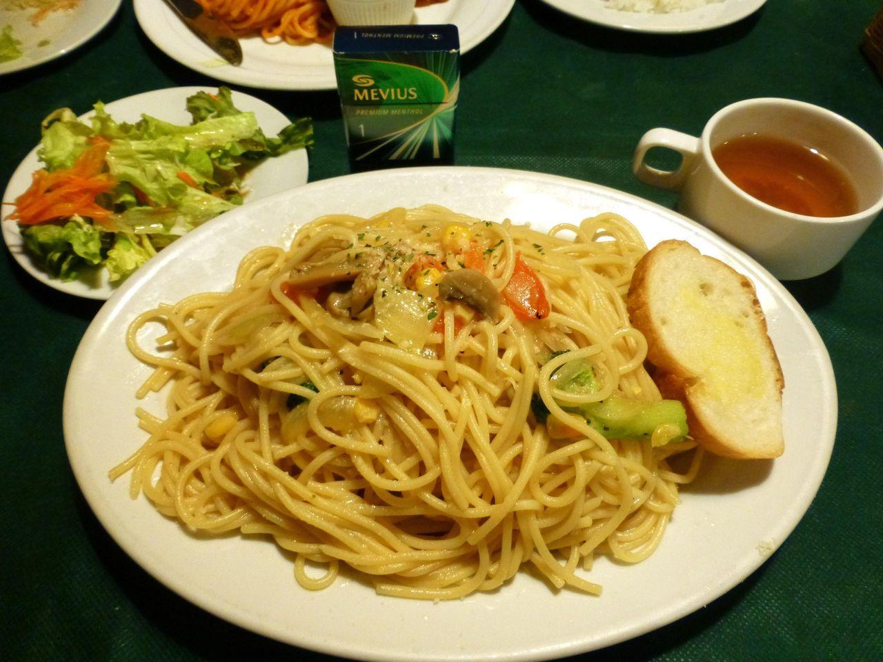 総重量は1キロ超え!季節野菜のペペロンチーノ大盛870円!