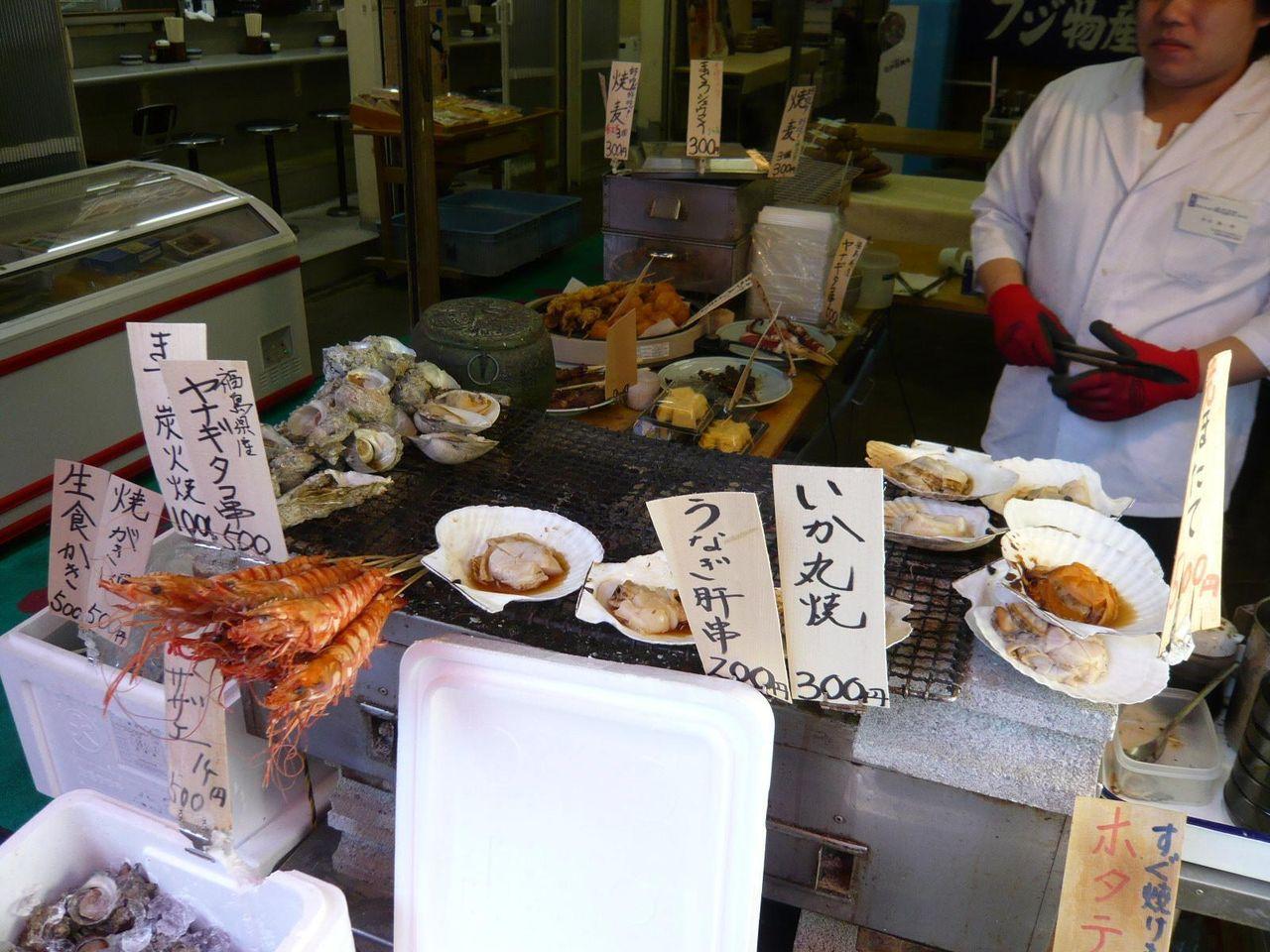 店頭では、炭火で焼いたサザエ、ホタテなどを販売!