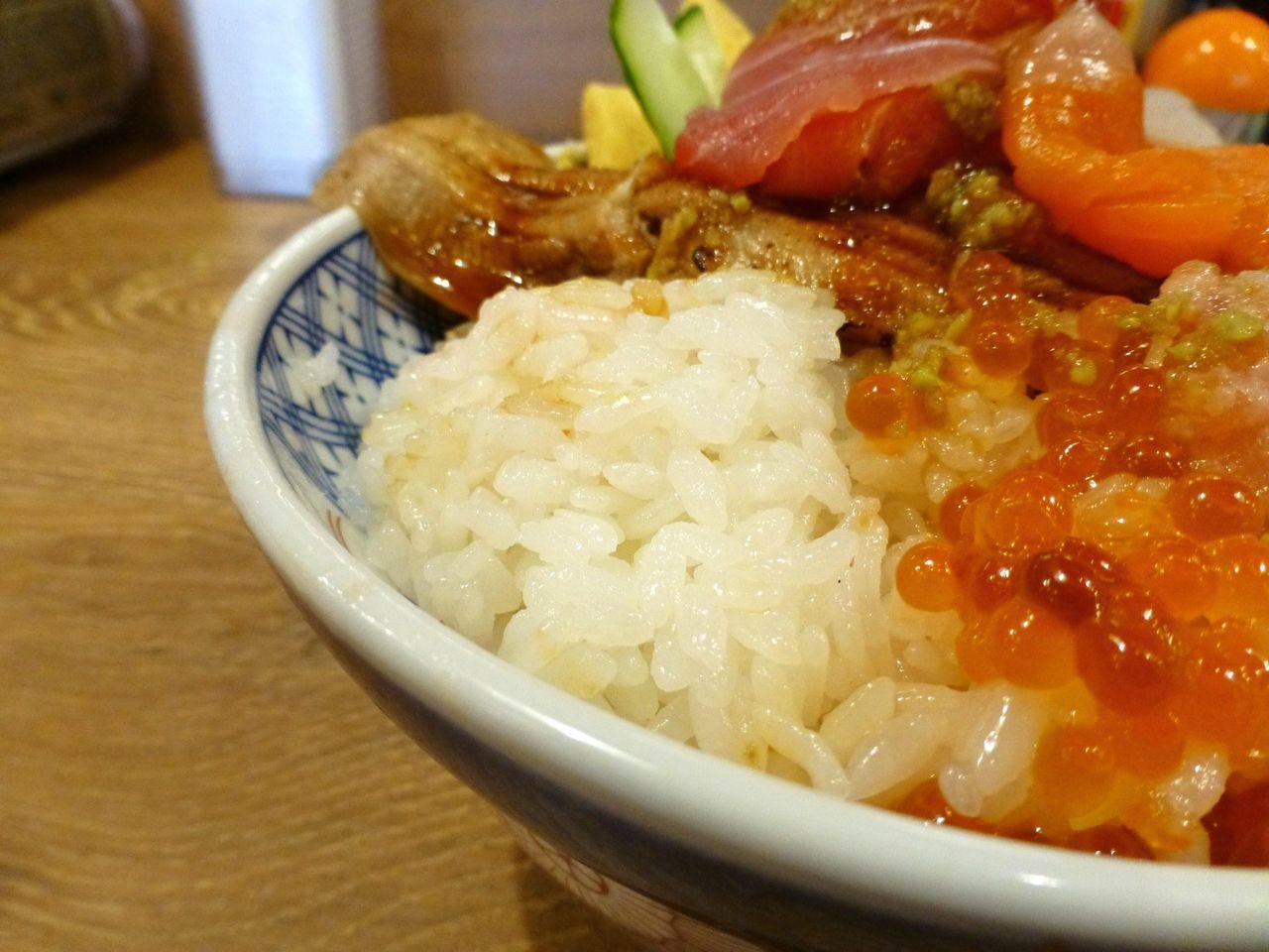大盛の酢飯は、小さめの丼の9分目まで!