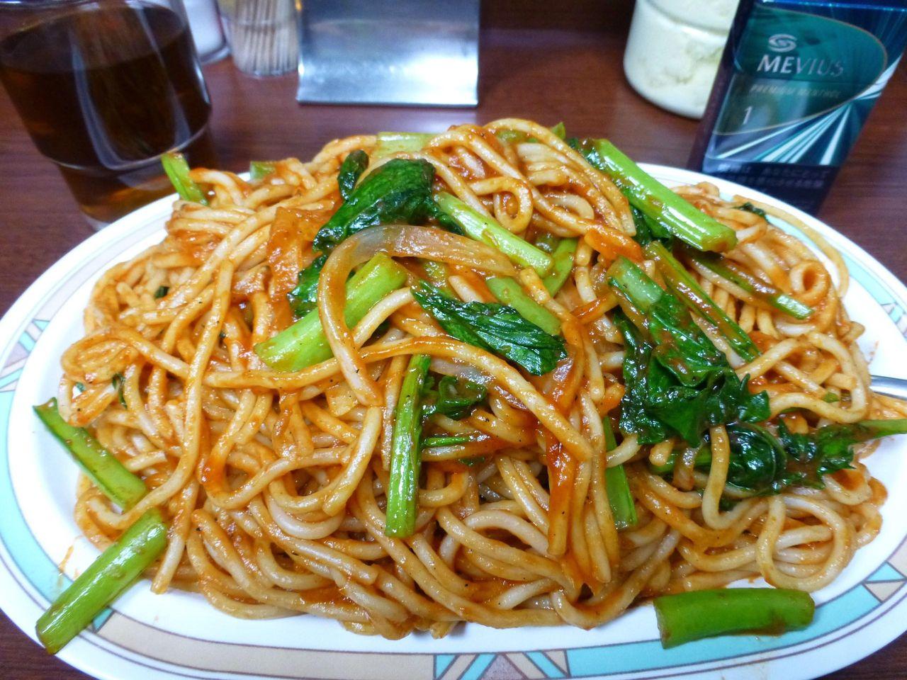 ケチャップがタップリ絡んだ太麺に色鮮やかな小松菜!