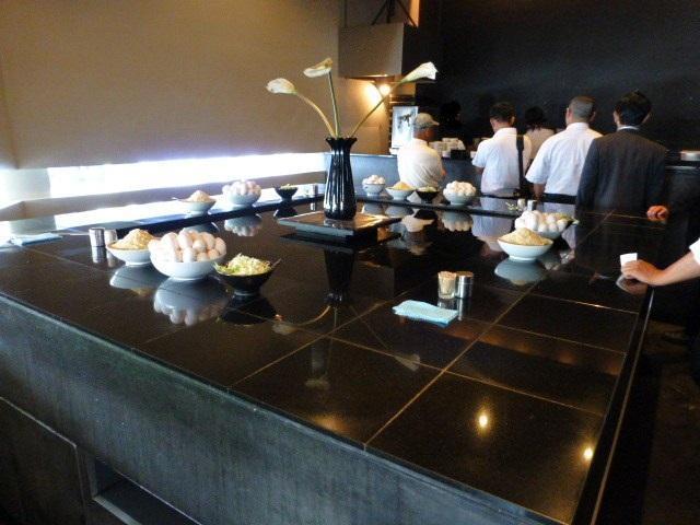 黒い大理石の大きなテーブルを囲んで立ち食いです!