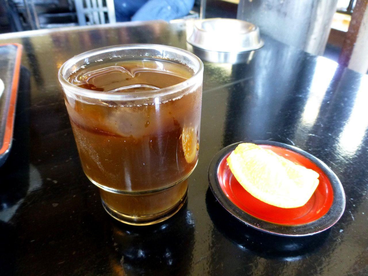 サービスのアイスコーヒーとミカン!