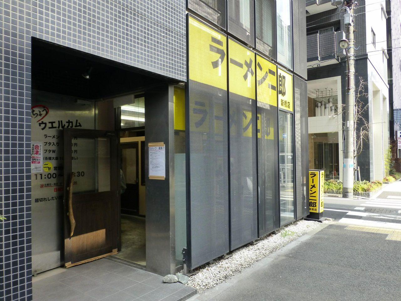 ラーメン二郎新橋店は、行列が少ない穴場的なお店です!