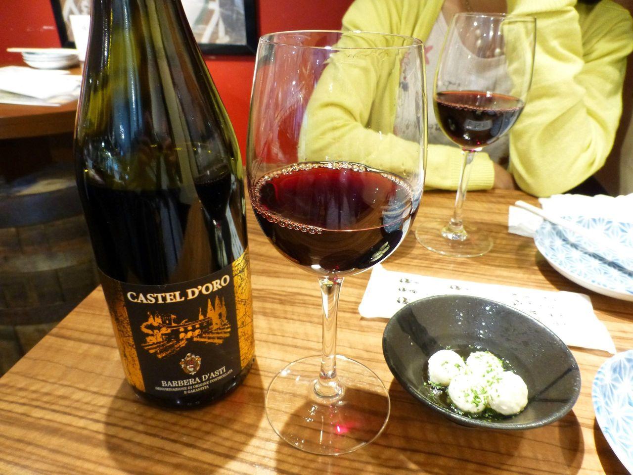赤ワインボトル3,024円、お通しのモッツァレラチース324円