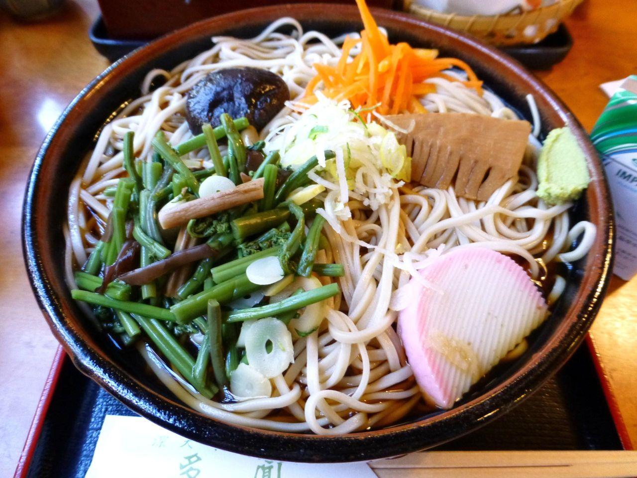 深大寺のデカ盛り店「多門」の冷やし山菜そば大盛1,150円