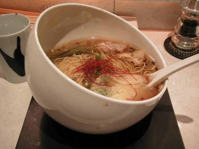 スープがこぼれそうな、傾いたドンブリ