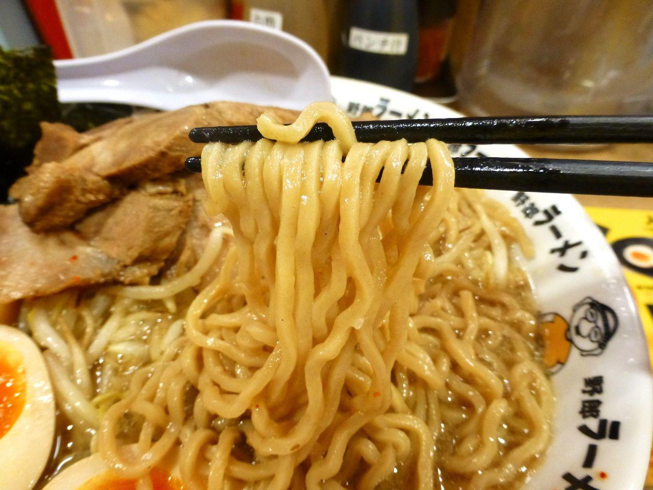 麺はあまり特徴のない中太麺!