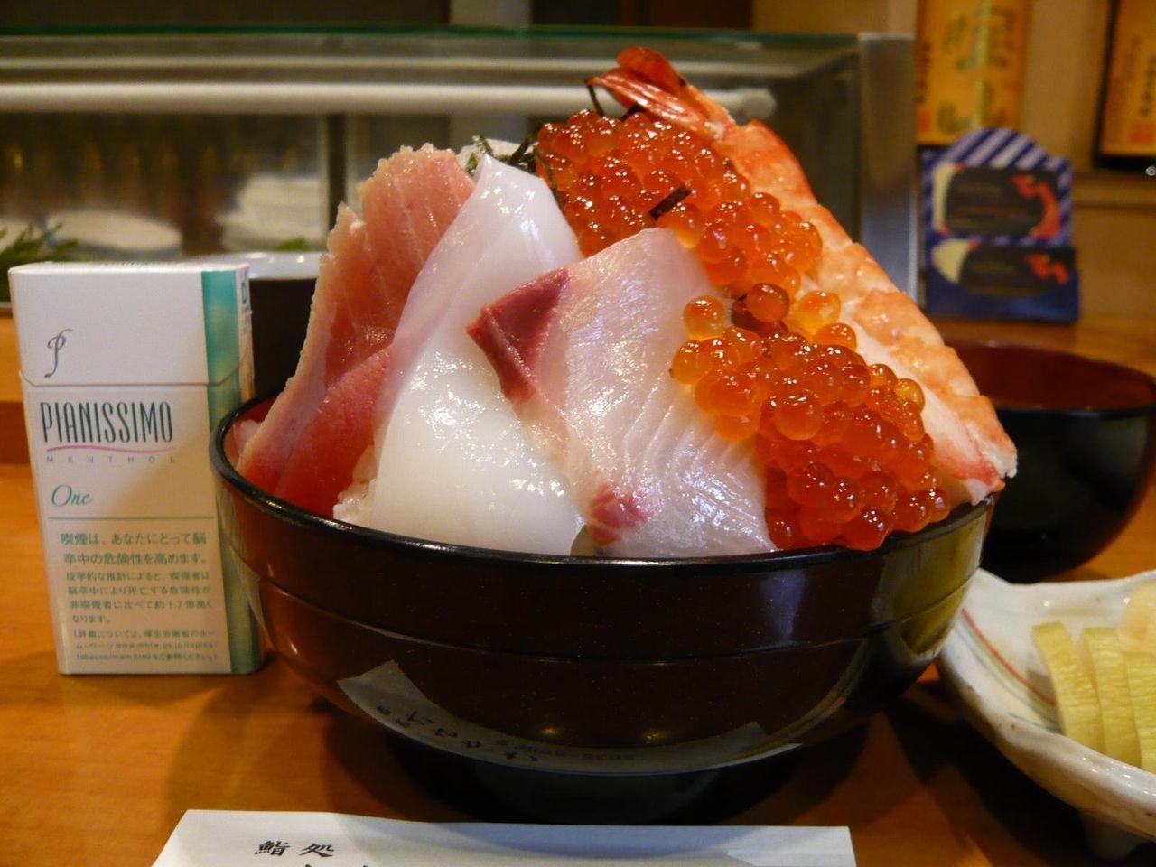 ちらし寿司の富士山盛り!・・・デカちらし1,500円