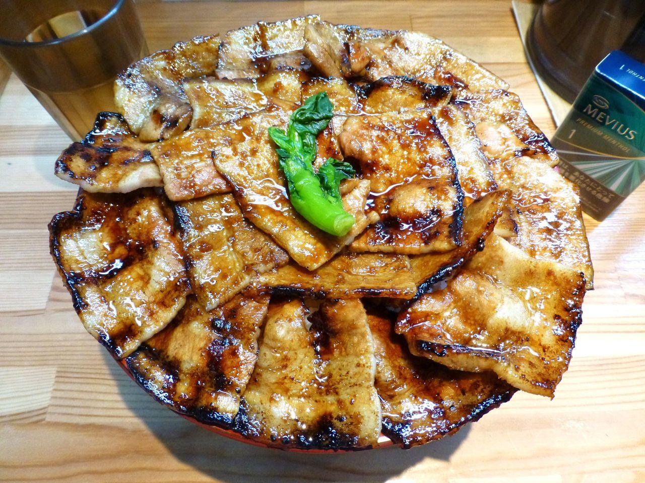 豚バラ焼肉を花びらのように並べる、とても丁寧な盛り付け!