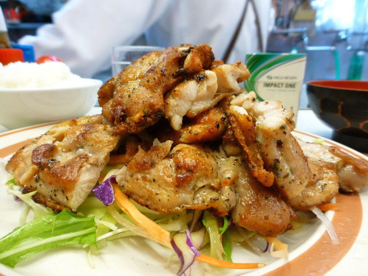 山盛りサラダの上に、鶏モモ肉2枚分をテンコ盛り!