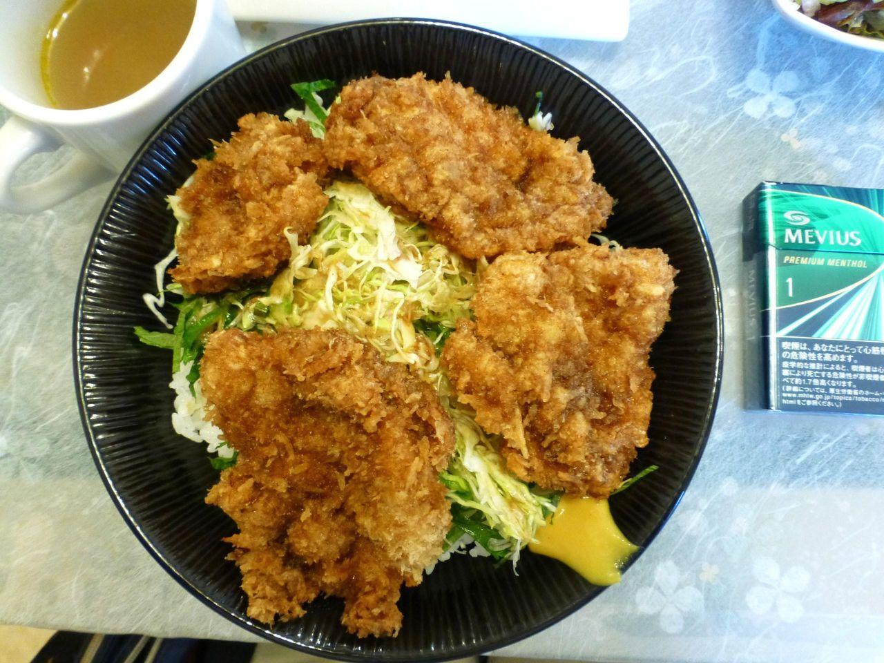 ソースカツ丼(大盛)は、直径20センチの丼を使用!