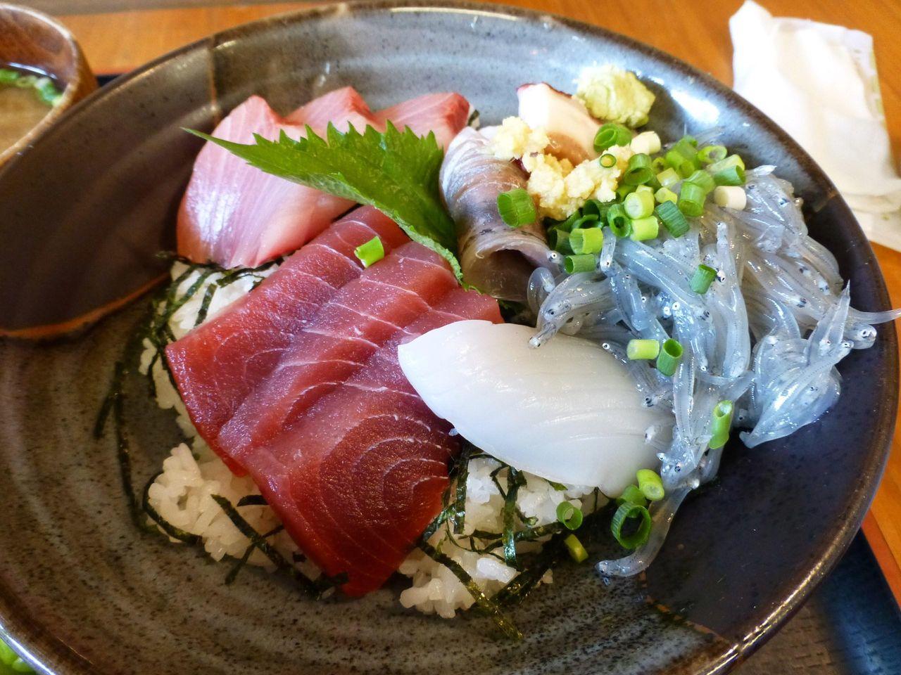海鮮丼のネタは、生シラスなど6種類!