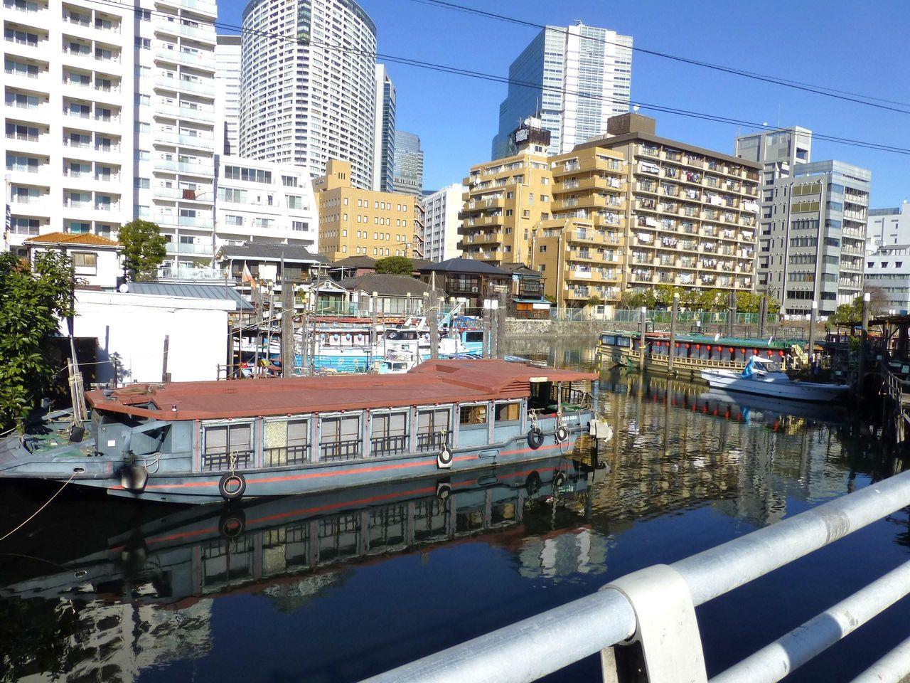 屋形船と高層マンションというアンバランスな光景!