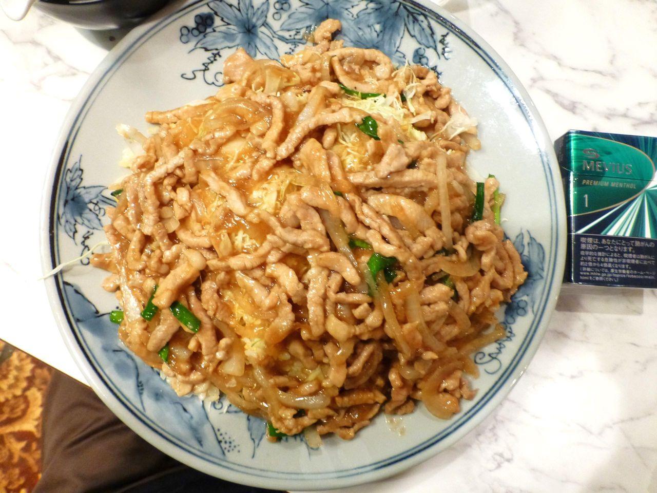 豚肉生姜焼きチャーハンは、直径28センチのデカ皿を使用!