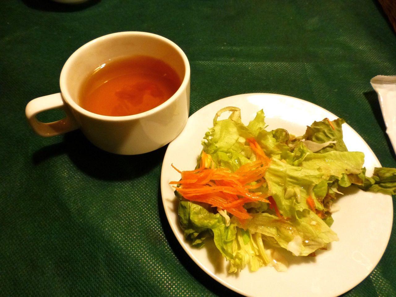 オニオンスープとサラダも付いてます!
