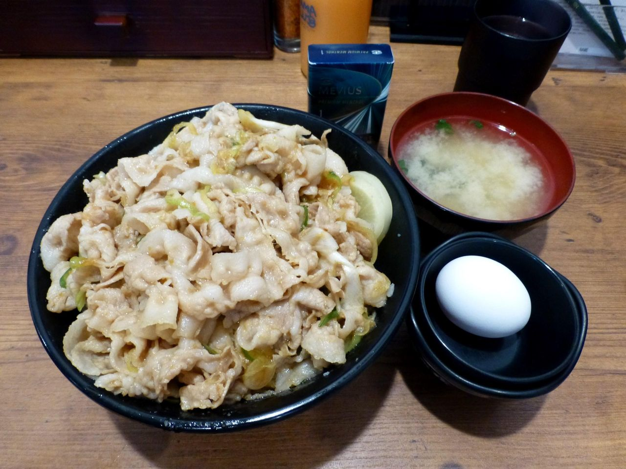 うわ〜すごいボリューム!すた丼(肉飯増し)880円