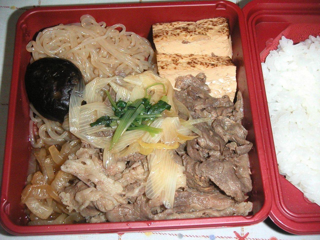 テイクアウトの黒毛和牛すき鍋弁当680円