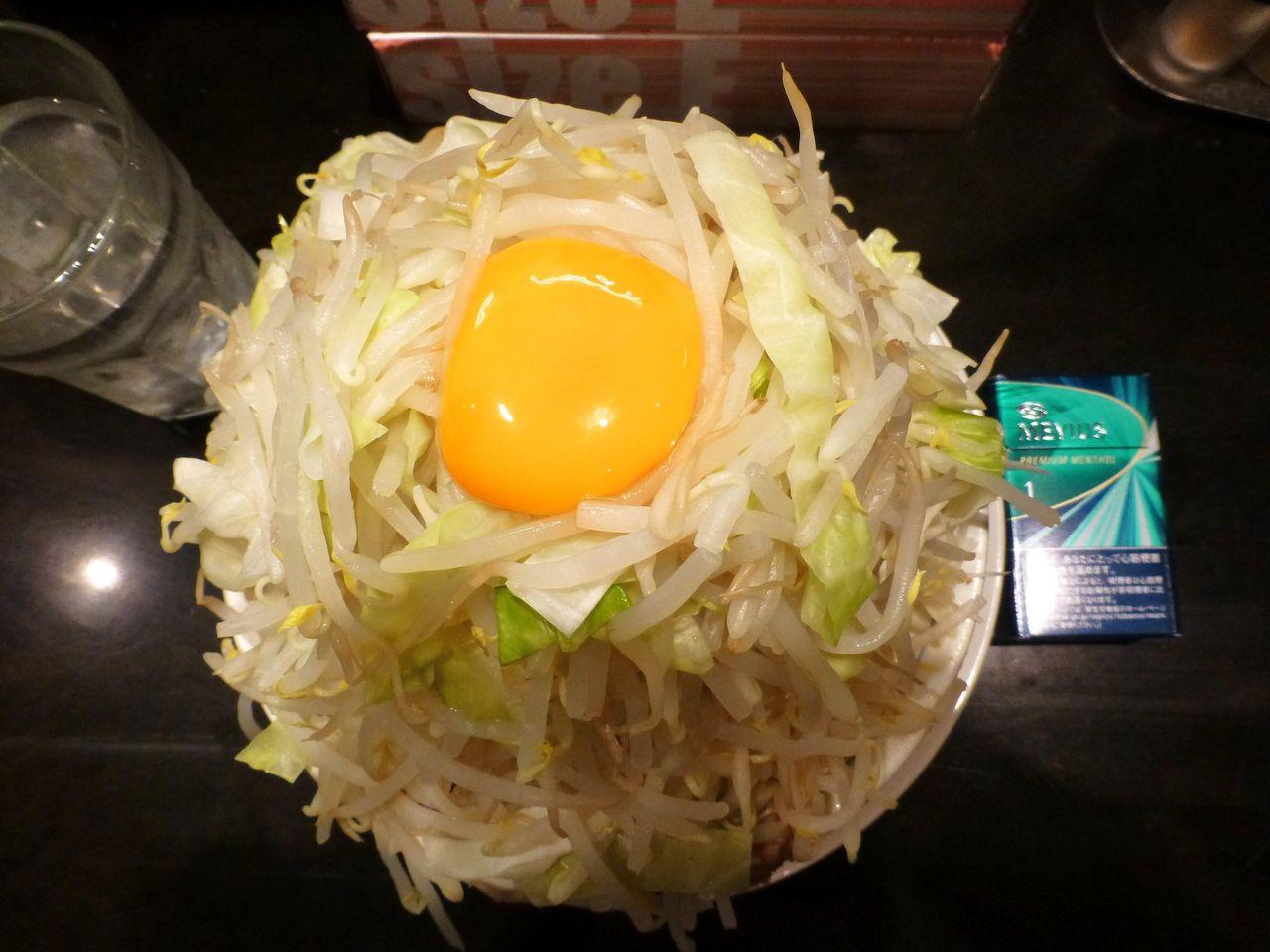 超高層野菜タワーの山頂に卵黄が乗ってます!