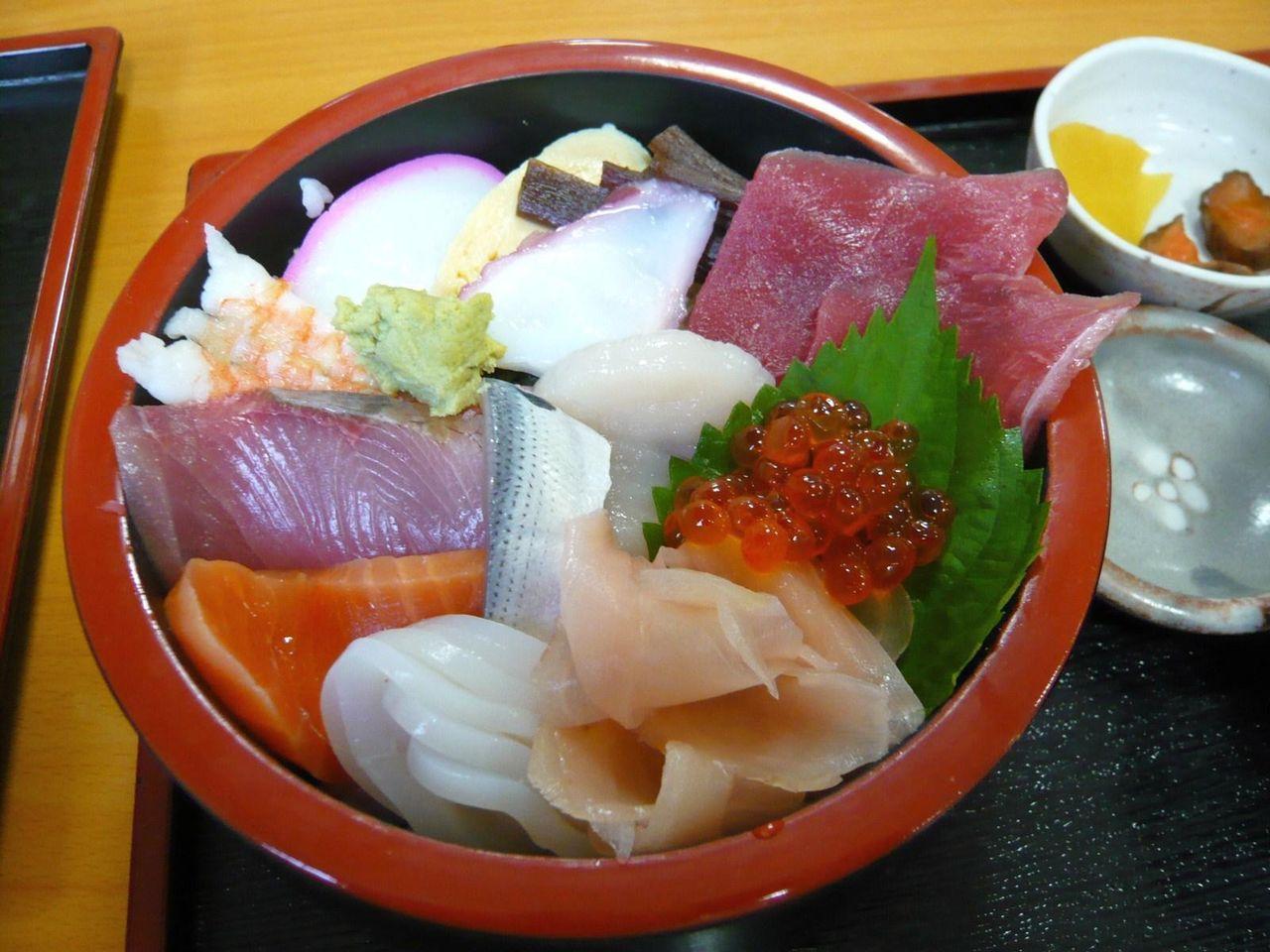 10種類以上のネタを盛り付けた、海鮮丼800円