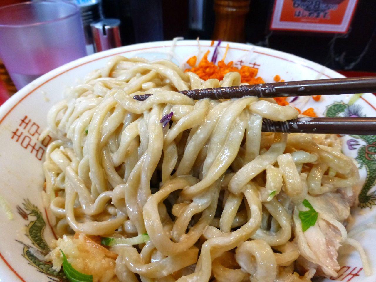 お箸より少し太めの平太麺は、コシが強く凶暴な歯応え!