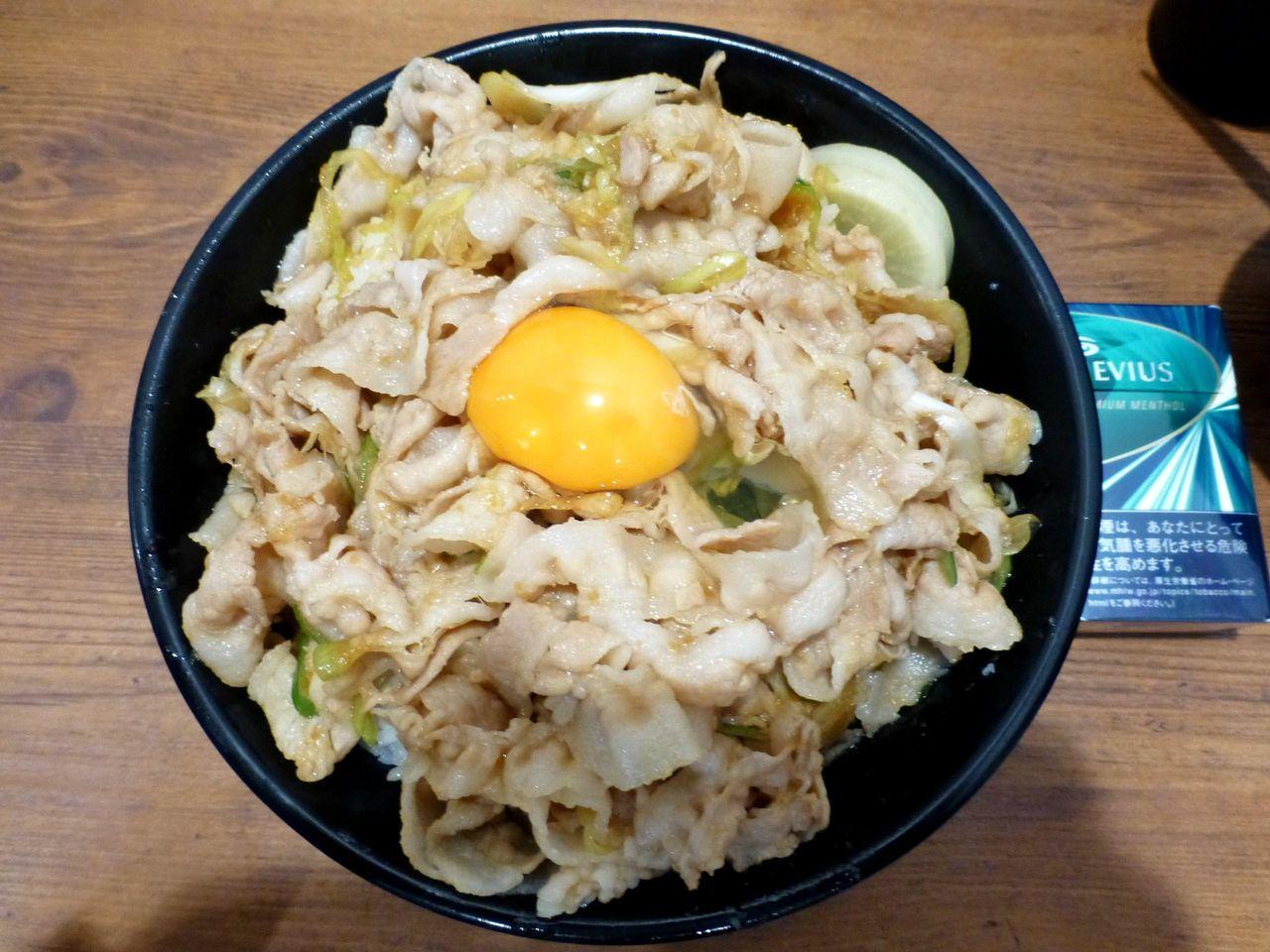 スタ丼(肉飯増し)は、直径18センチの丼を使用!