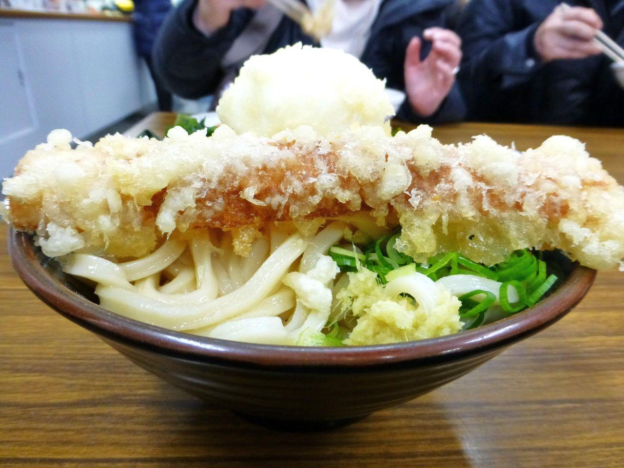 揚げ立て熱々の天ぷらをトッピング!
