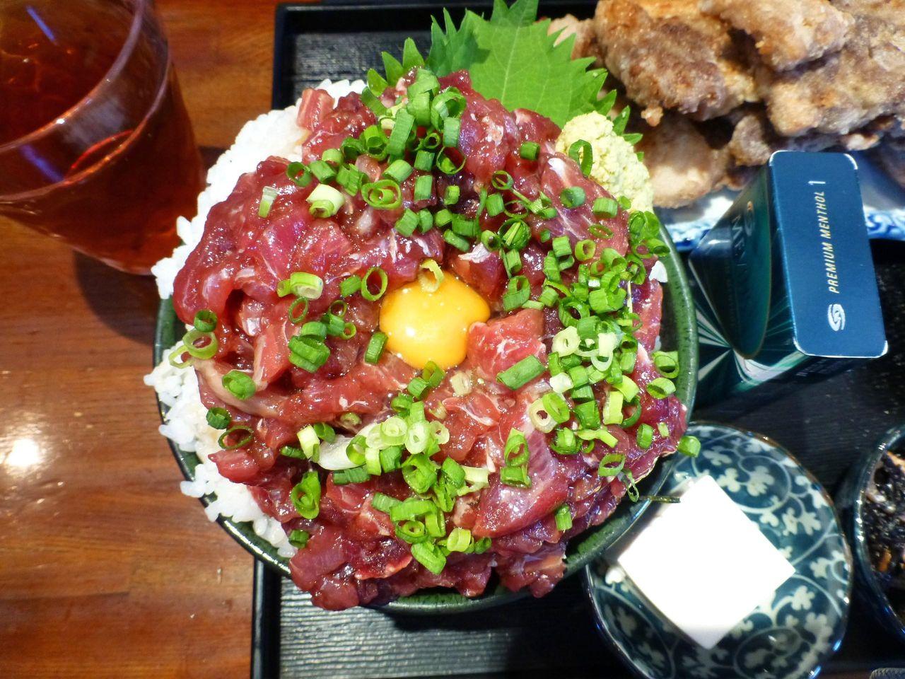 ホホ肉ユッケ丼は、直径15センチの丼を使用!