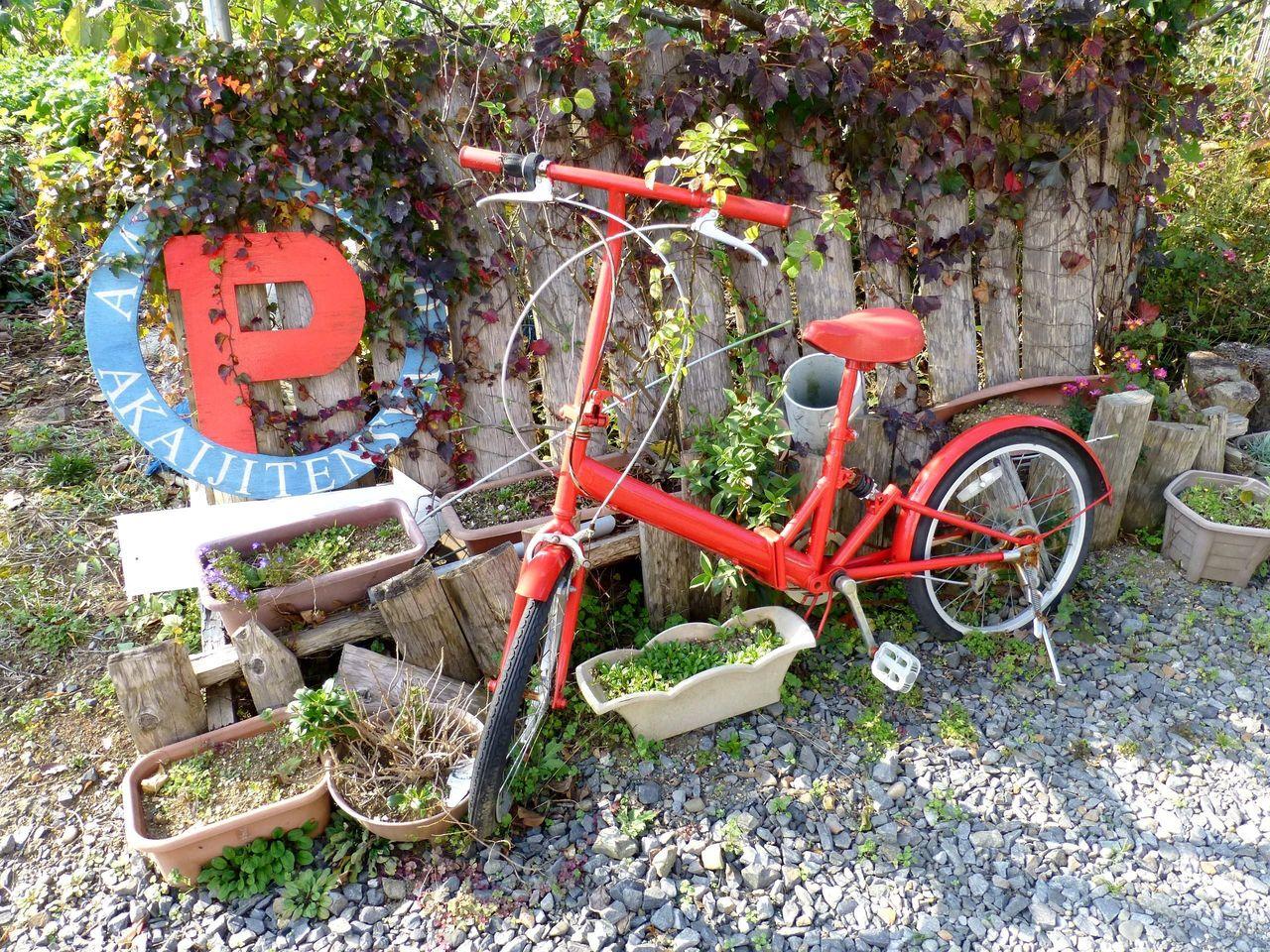 お店の前には、店名の赤い自転車が置いてあります!