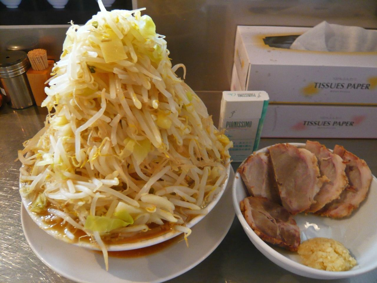丼に盛れないので、豚とニンニクは別皿で・・・