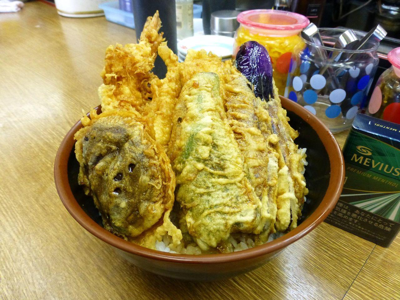 海鮮丼700円は、天ぷらを豪快に盛り付けて、見た目も豪華!
