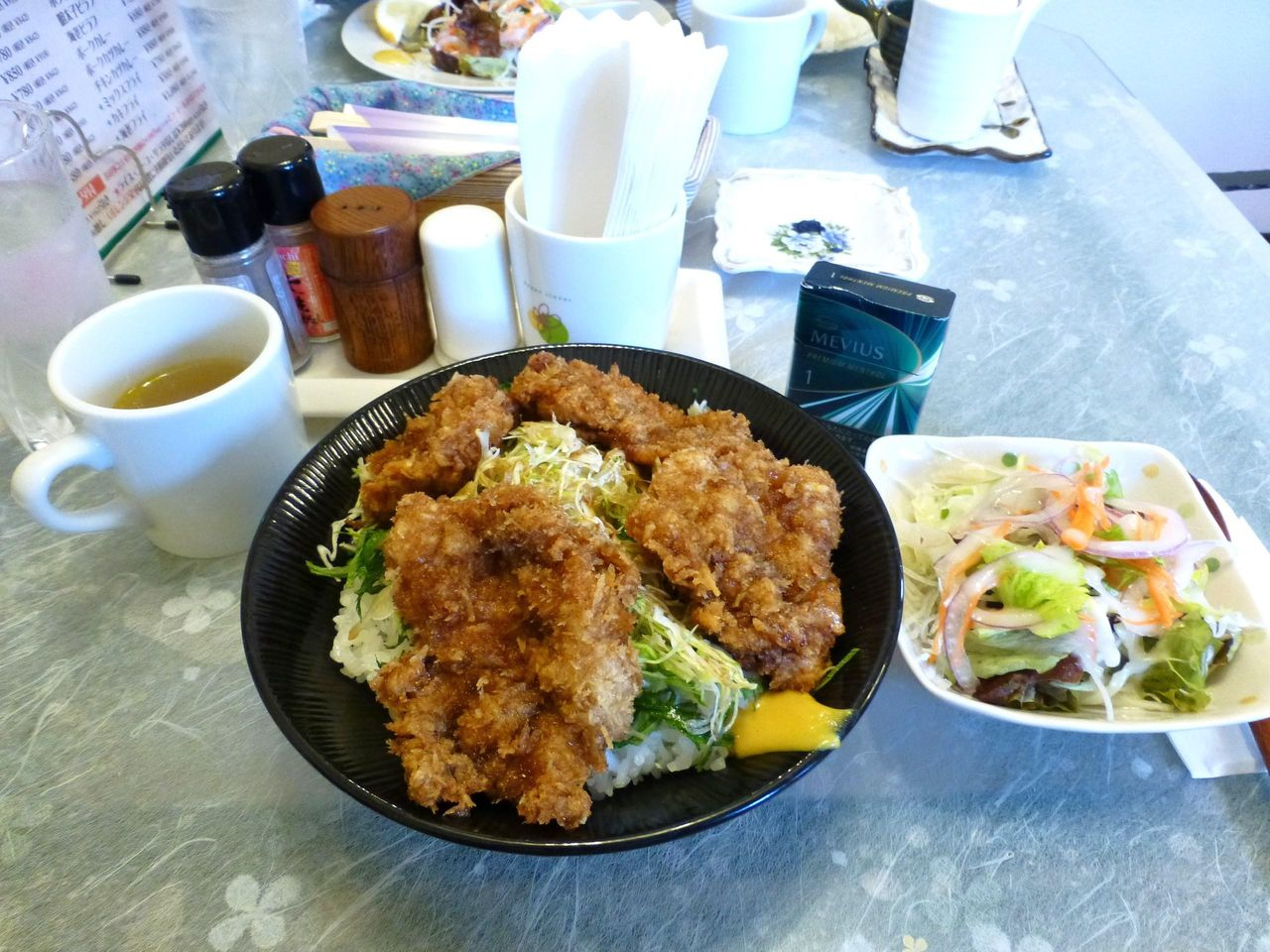 ソースカツ丼(大盛)880円は、サラダとスープ付き!