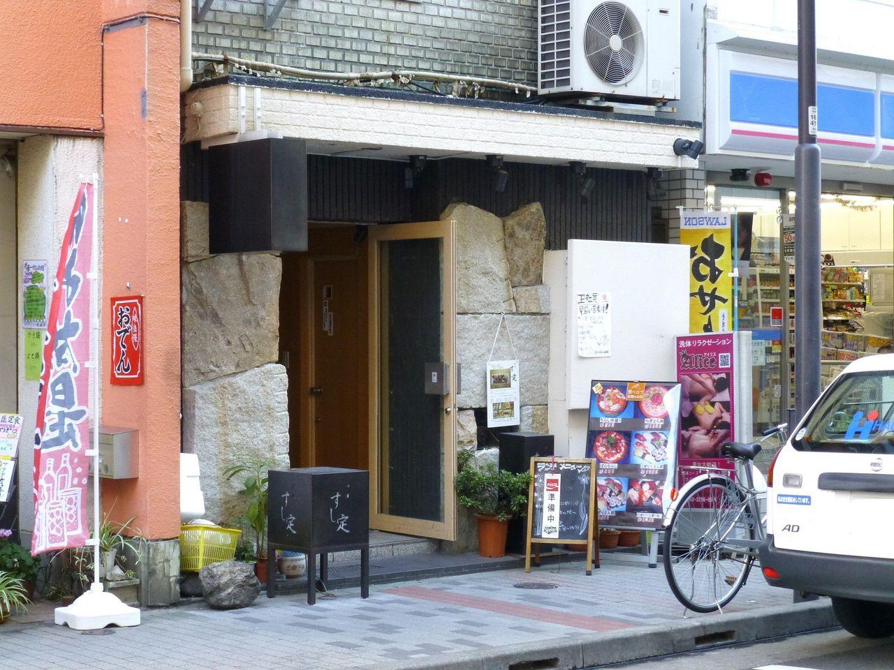 神田「すし定」のランチ営業は平日のみ!