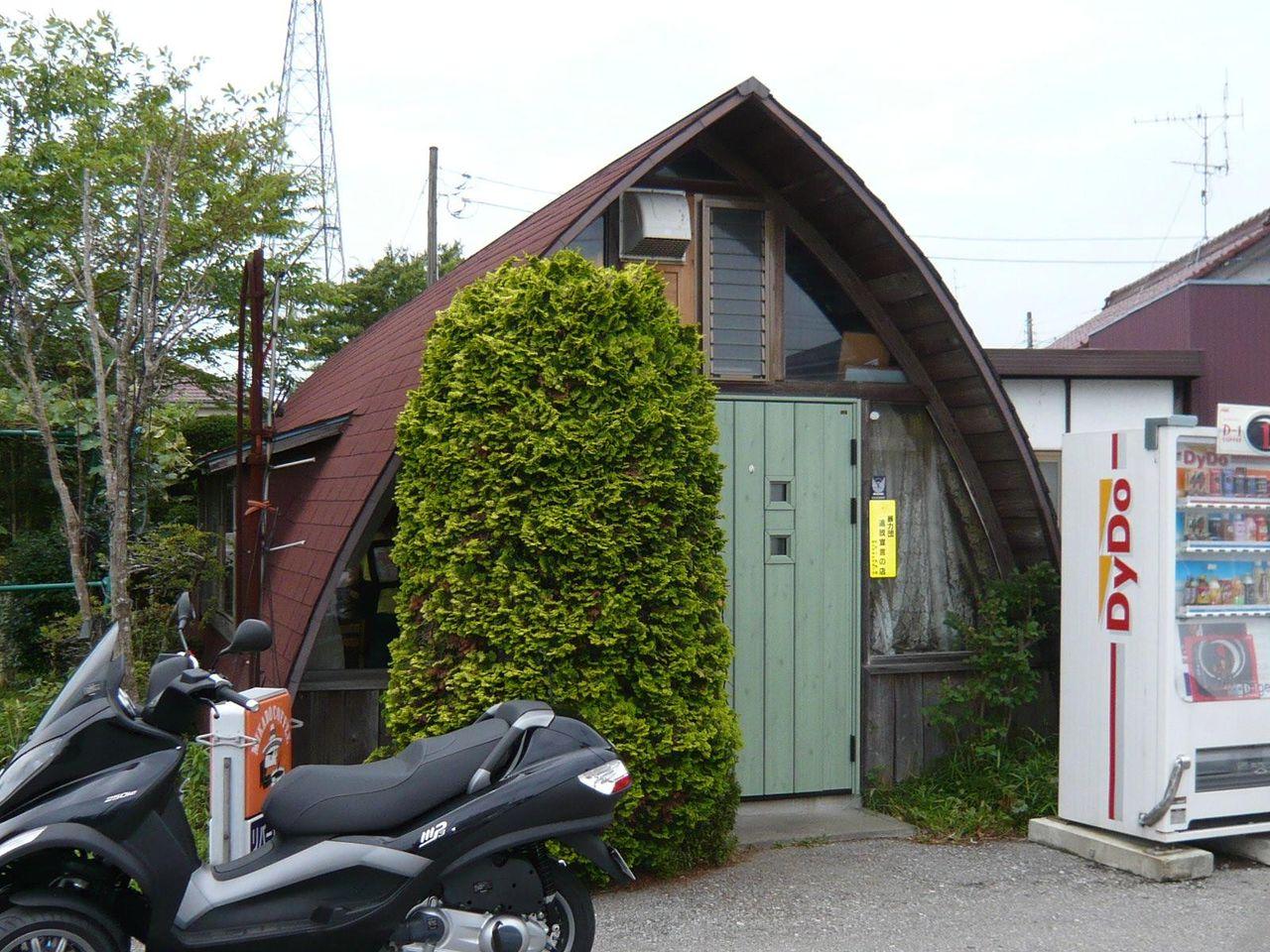 ログハウス風の三角屋根が目印です。