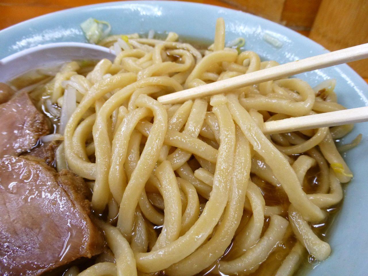平太麺を勢いよくすすると、スープが服に飛び散ります!
