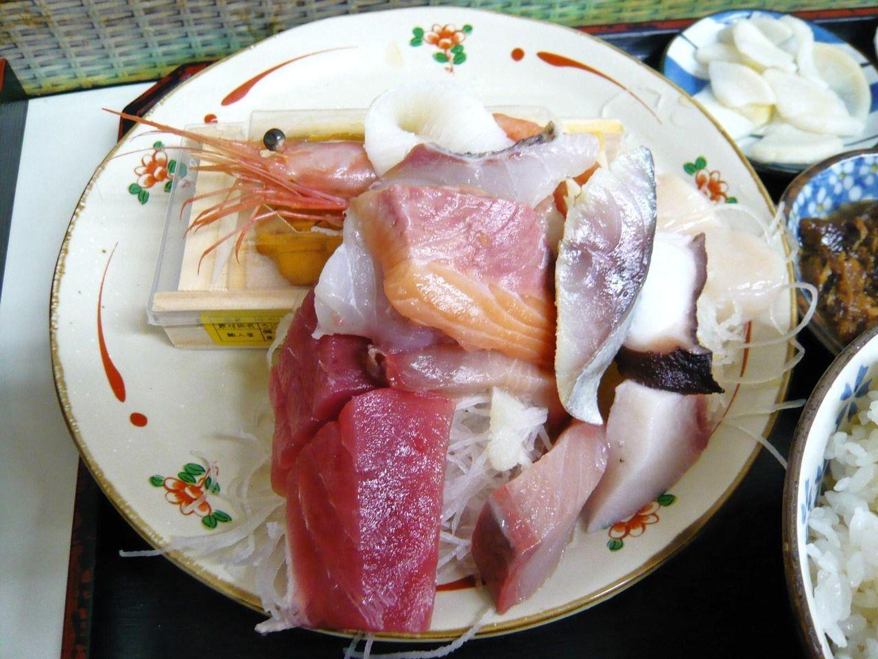 ぶつ切りの刺身を無造作に並べただけのワイルドな盛り付け!