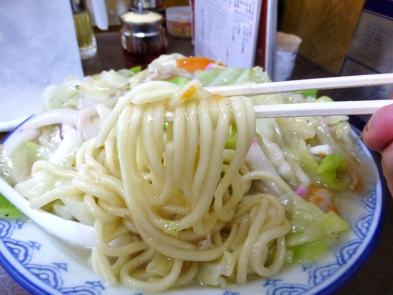 チャンポン麺を茹でた太麺は、ツルツルのノド越し!