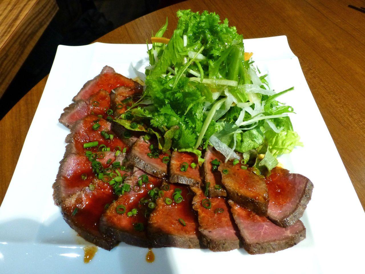 牛モモ肉のタタキサラダ924円