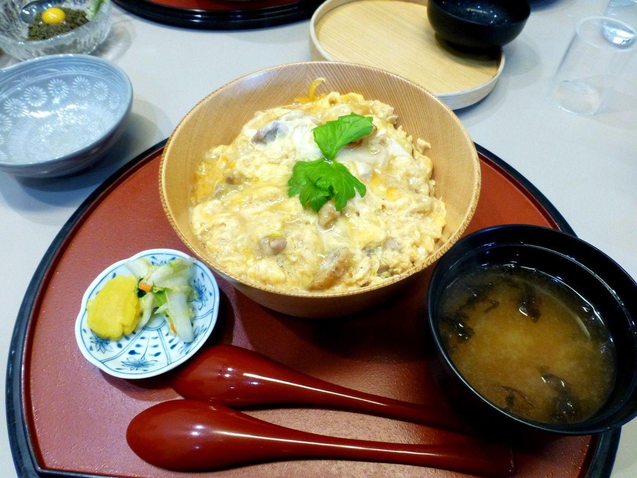 秋田比内地鶏を使用した、究極親子丼1,380円