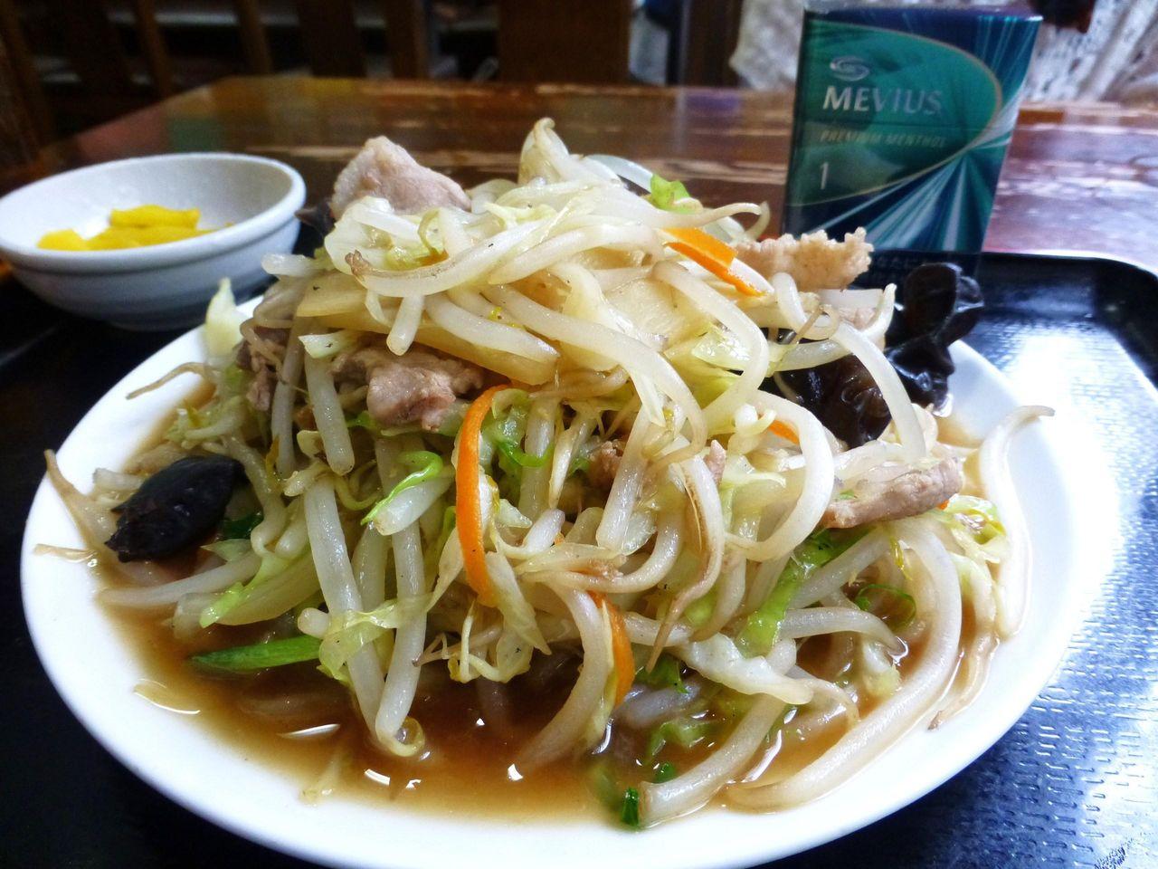肉野菜炒めは、直径21センチのお皿に、富士山盛り!