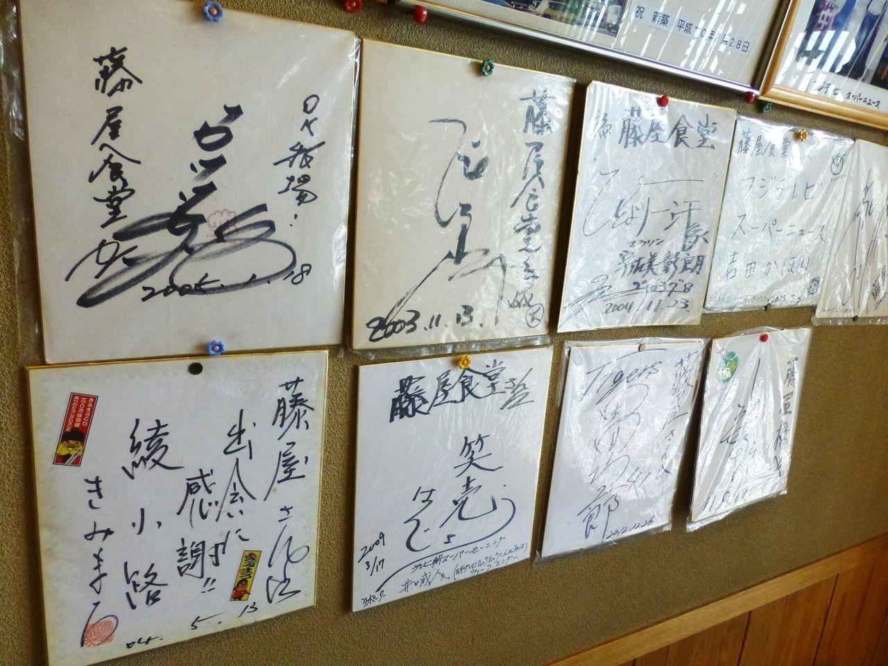 芸能人のサイン色紙や写真が飾られています!