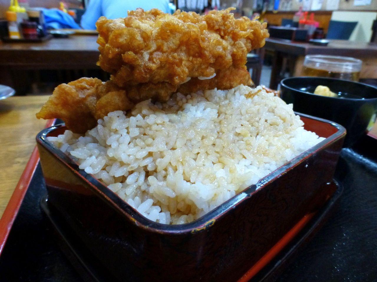 大盛は重箱のフチより高くご飯を盛り付けます!