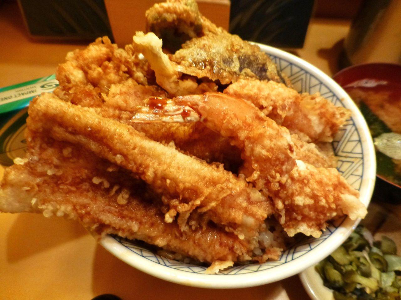 直径16センチの丼を埋め尽くす、揚げたての天ぷらたち!