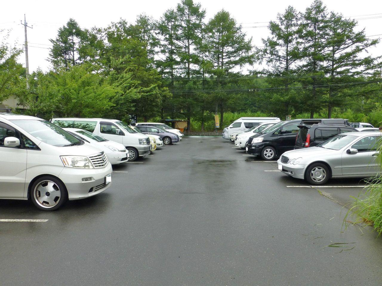 お店の前に広い専用駐車場があります!