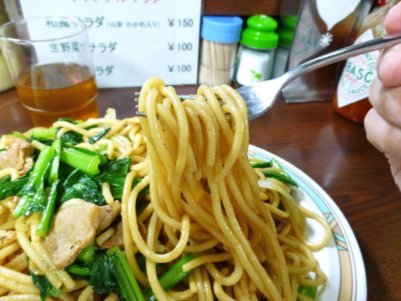 極太麺は、醤油の香りが香ばしく、やさしい味わい!