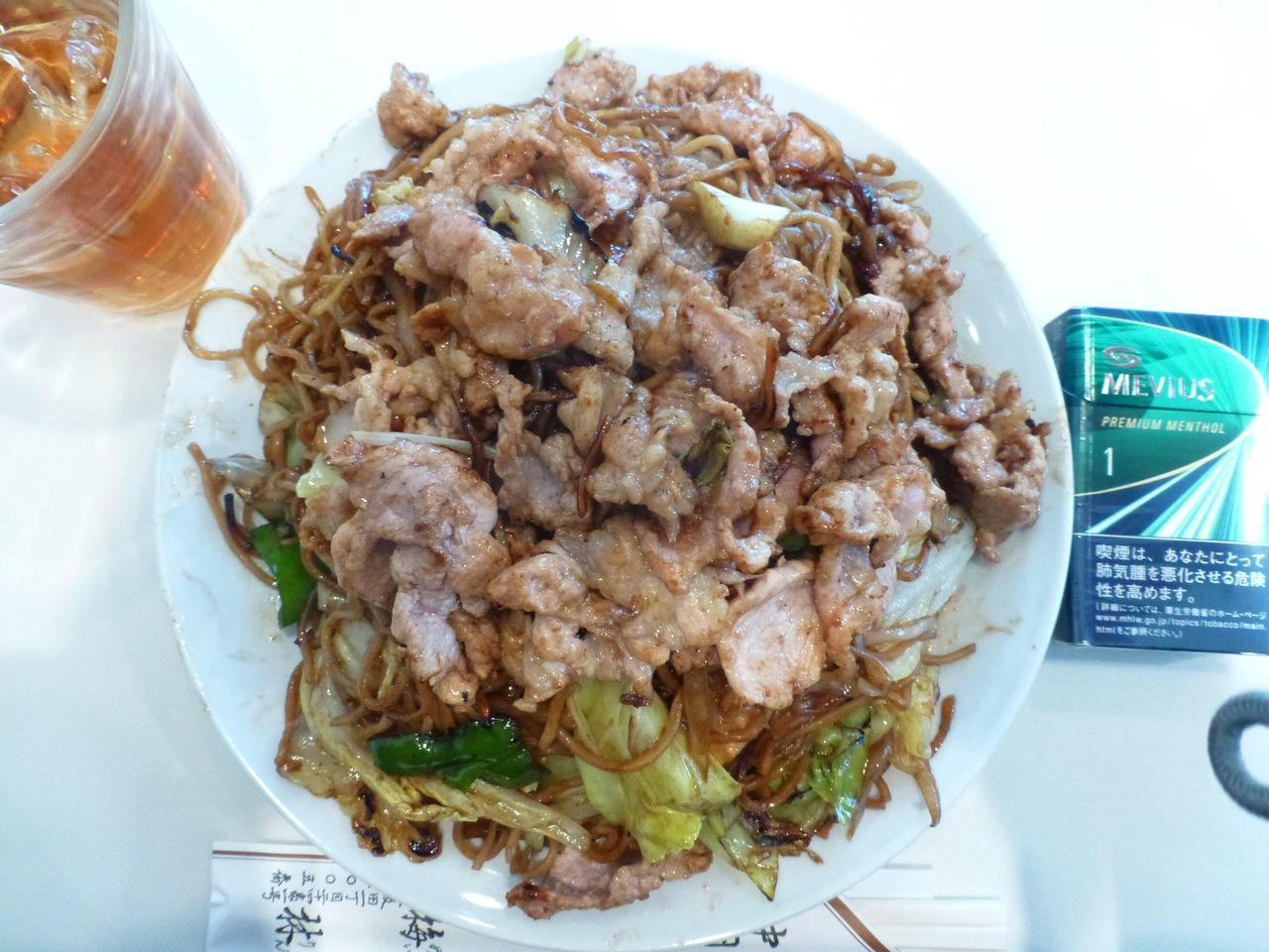 肉ソース焼きそば大盛は、直径23センチのデカ皿を使用!