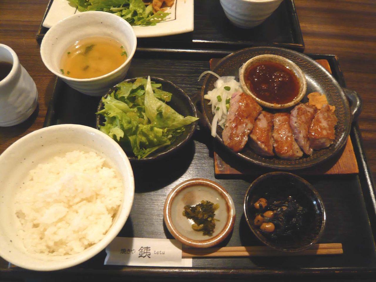 品数豊富で野菜もタップリ!・・・牛ロースあぶり焼1,000円