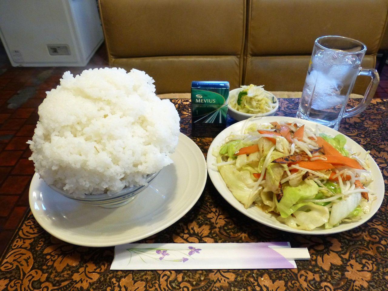 タバコが小さく見えるぞ!野菜炒め定食(小盛)700円
